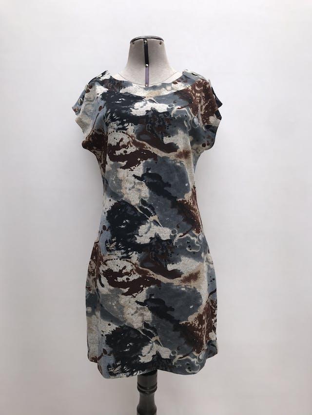 Vestido Michelle Belau estampado en tonos acero y marrones, botones metálicos en los hombros. Largo 88cm. Precio original S/ 200 foto 1