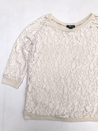 Polo crema de encaje con forro tipo algodón, manga 3/4, rib en cuello, puños y basta  foto 2