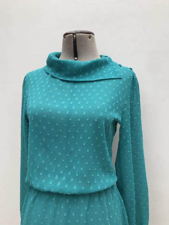 Vestido vintage de gasa verde jade con textura, cuello volteado con botones laterales, manga larga, elástico en la cintura. Para usar con fustán. Largo 94cm foto 2
