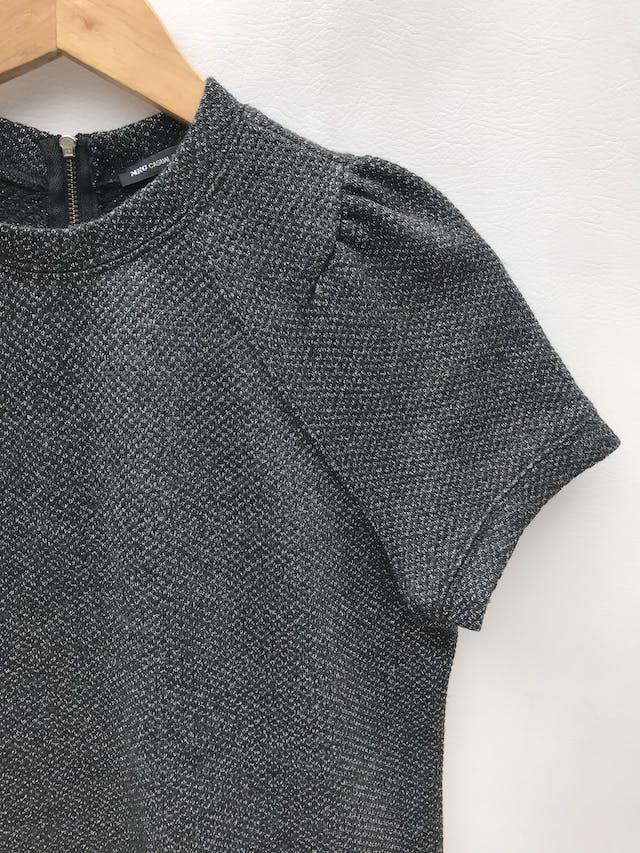 Chompita Mango gris con hilos plateados, estructurada, pliegues en los hombros y cierre en la espalda. Precio original S/ 150 foto 3