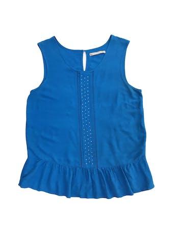 Blusa Sfera de crepé azul, botón posterior en el cuello y volante en la basta foto 1