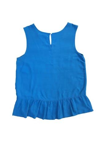 Blusa Sfera de crepé azul, botón posterior en el cuello y volante en la basta foto 2