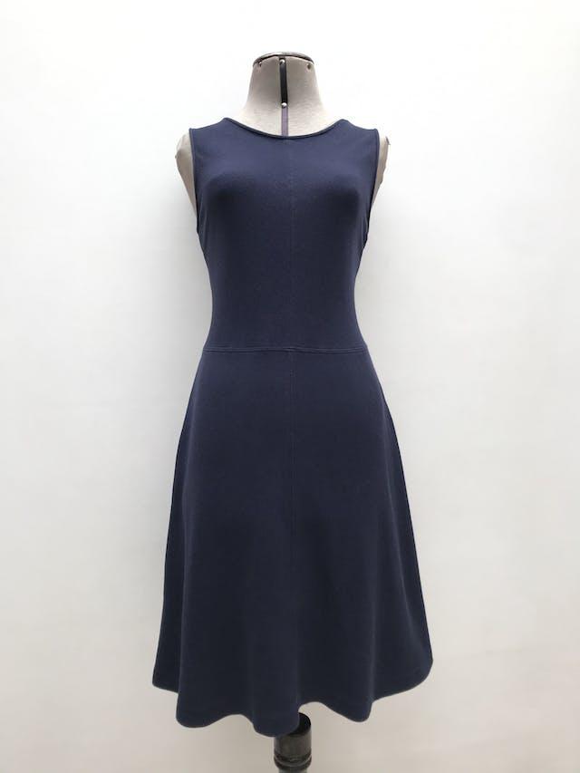Vestido Theory 97% algodón tipo piqué azul, ligeramente stretch, cortes al centro y falda en A, lleva cierre posterior. Largo 97cm. Tiene ligeros signos de uso. Precio original S/ 600 foto 1
