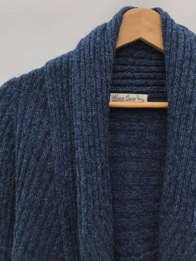 Cardigan largo mezcla de alpaca azul jaspeado con textura tipo acanalado grueso, modelo circular con cuello para doblar y bastas redondeadas foto 3