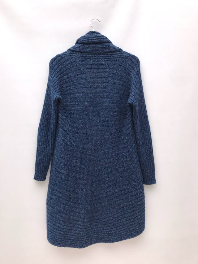 Cardigan largo mezcla de alpaca azul jaspeado con textura tipo acanalado grueso, modelo circular con cuello para doblar y bastas redondeadas foto 2