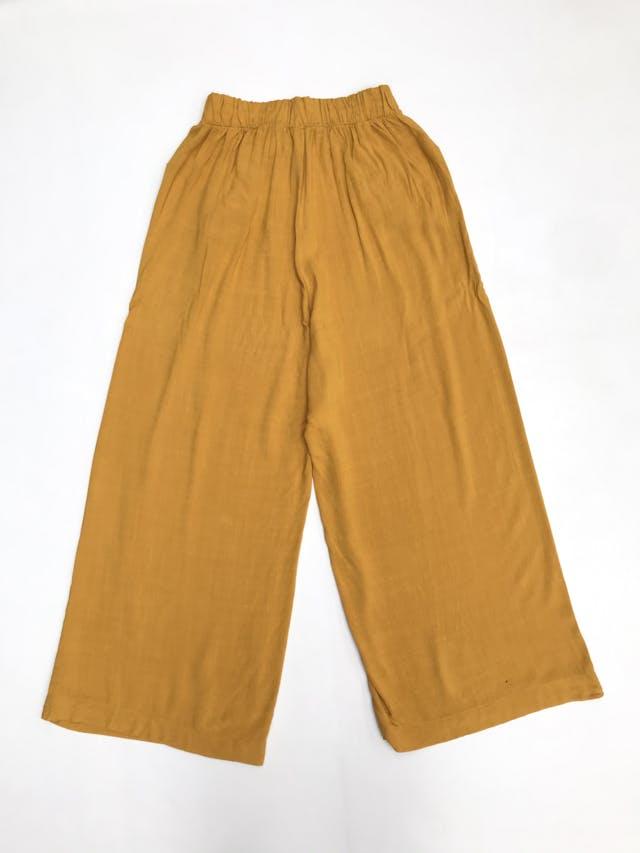 Pantalón mostaza tipo culotte a la cintura con doble fila de botones y bolsillos delanteros  foto 2