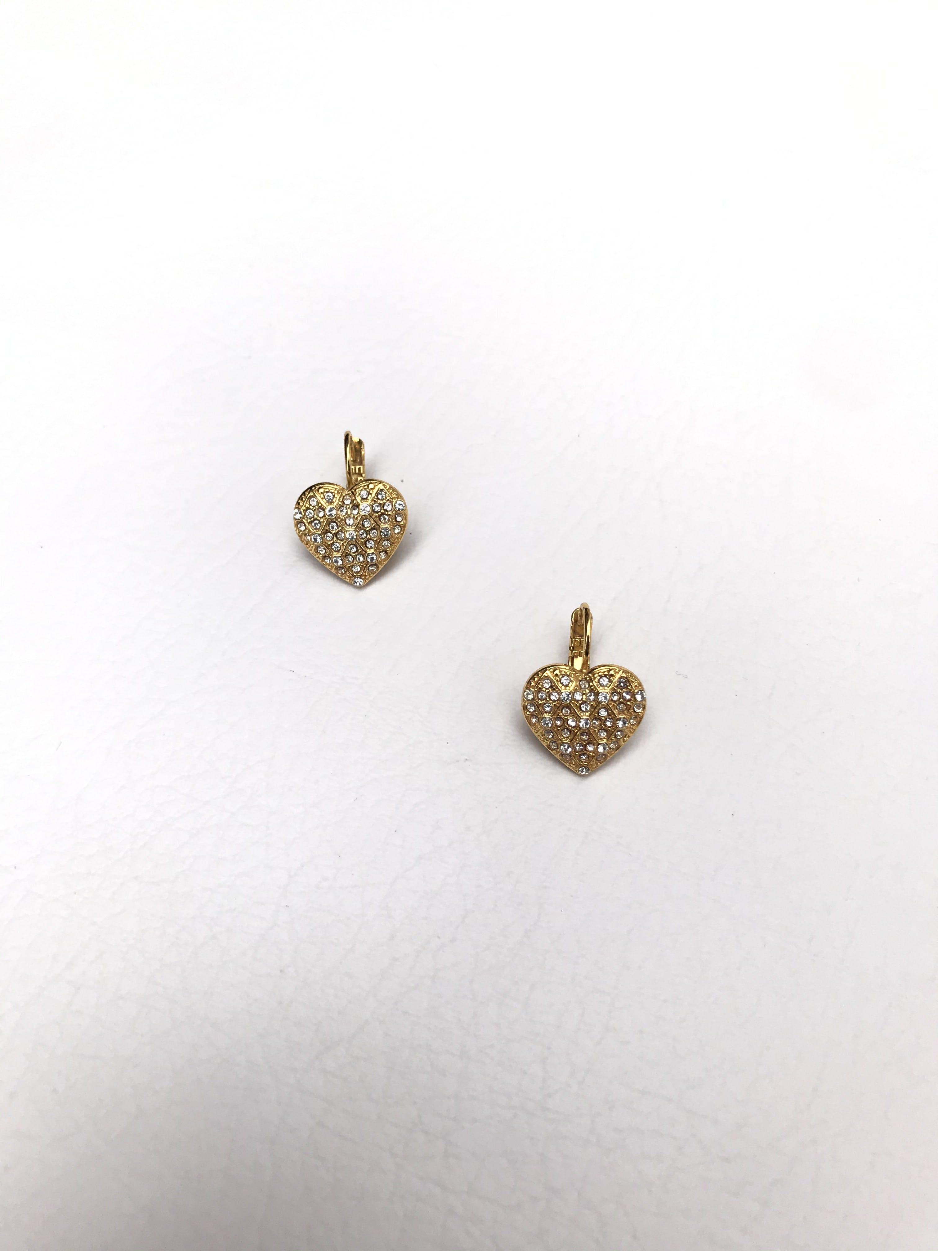 Aretes dorados en forma corazón con incrustaciones tipo diamante