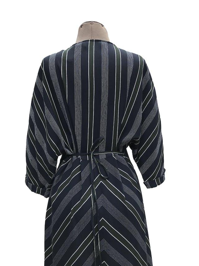 Vestido Mango azul con rayas verdes y blancas, tela tipo crepé, escote en V con botones, cierre lateral, se amarra atrás. Largo 122cm. Precio original S/ 320 foto 3