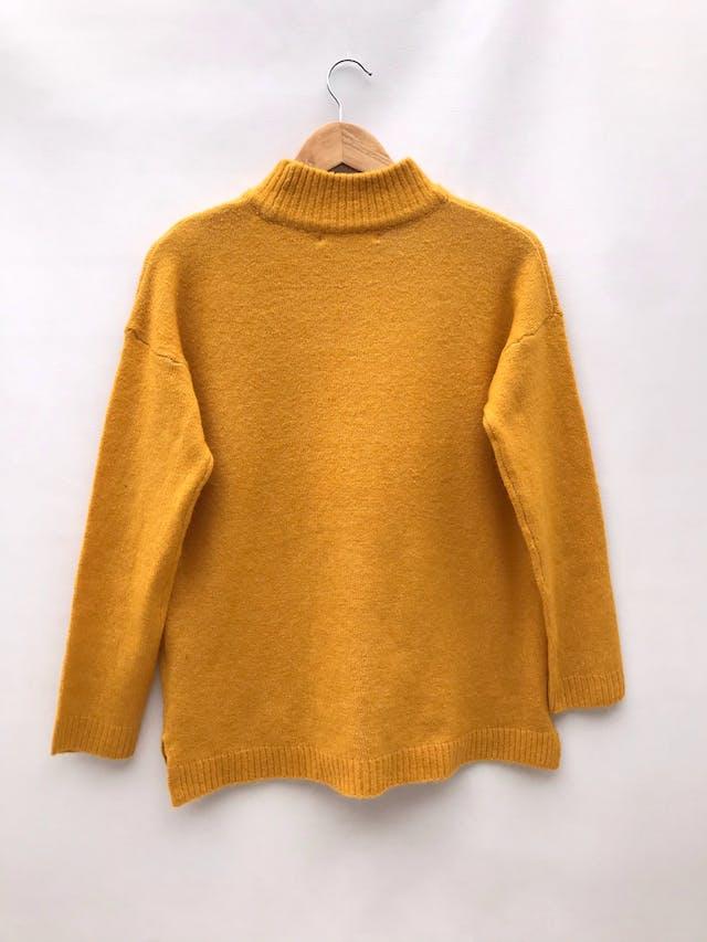 Chompa Sfera amarilla/mostaza, cuello alto, con bordados en los hombros foto 2