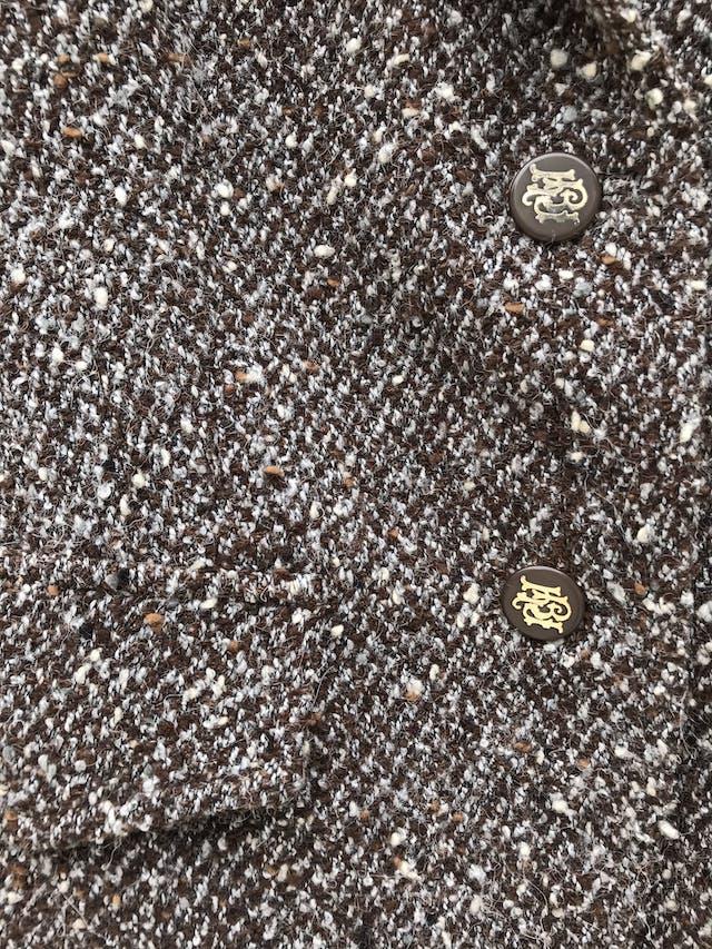 Blazer Basement tipo tejido marrón jaspeado, 48% alpaca 48%  lana, forrado, con solapas y botones delanteros. Precio original S/ 300 foto 3