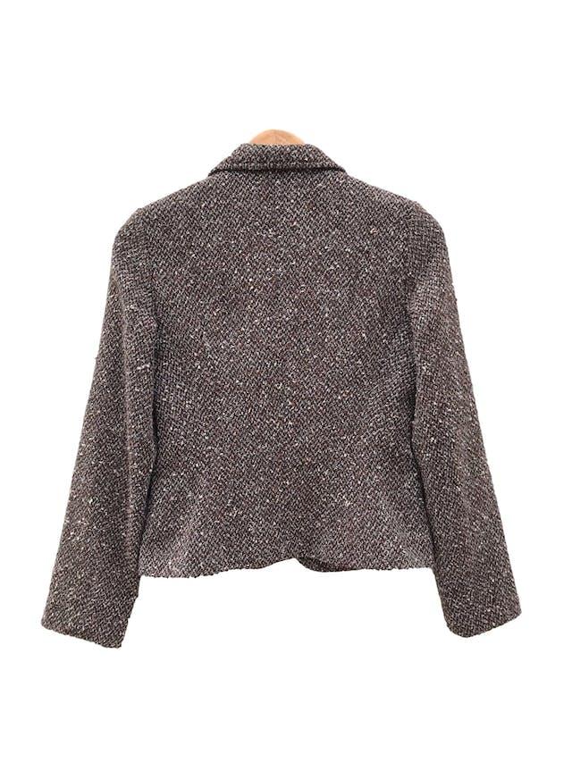 Blazer Basement tipo tejido marrón jaspeado, 48% alpaca 48%  lana, forrado, con solapas y botones delanteros. Precio original S/ 300 foto 2