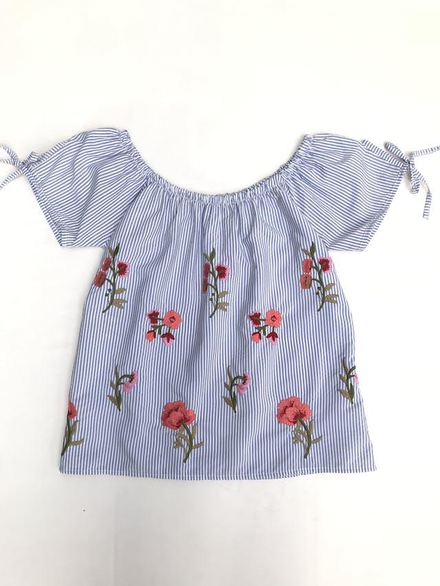 Blusa off shoulder a rayas blanco y celeste con flores bordadas, lacitos en las mangas foto 1