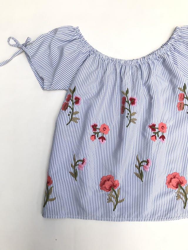 Blusa off shoulder a rayas blanco y celeste con flores bordadas, lacitos en las mangas foto 2