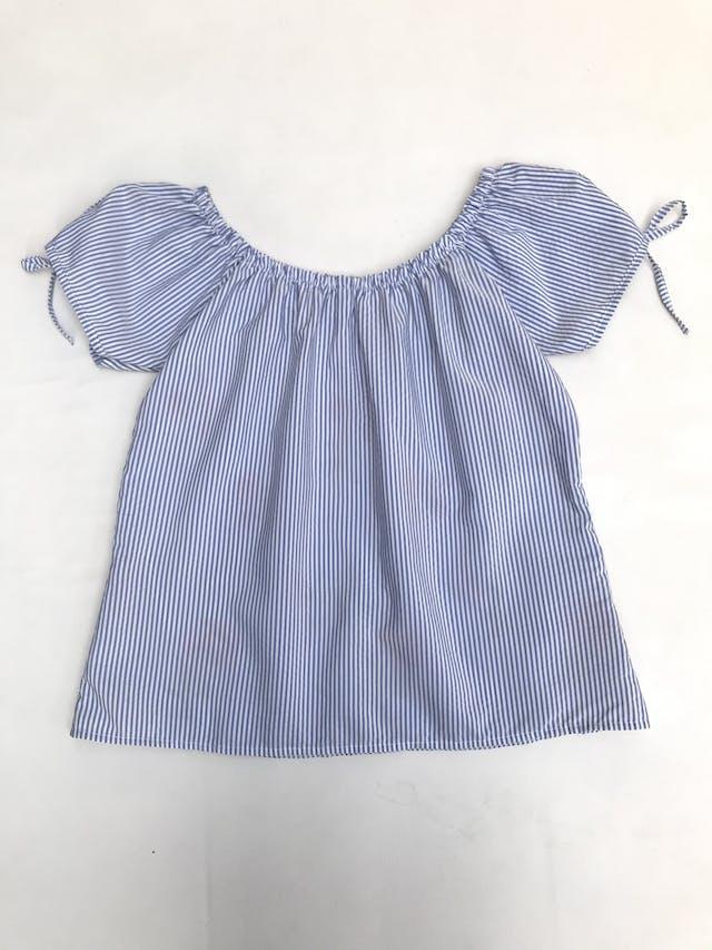 Blusa off shoulder a rayas blanco y celeste con flores bordadas, lacitos en las mangas foto 3