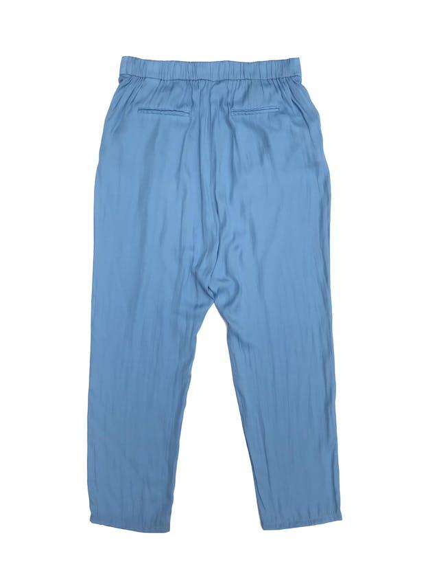 Pantalón Zara celeste de tela tipo seda, estilo baggy con bolsillos delanteros y elástico posterior. Precio original S/ 160 foto 2