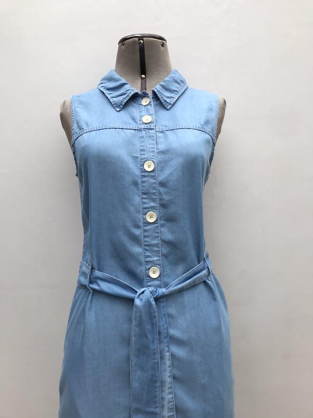 Vestido Mango tipo denim 100% lyocell, fila de botones, cinto y bolsillos laterales. Largo 115cm. Precio original S/ 200 foto 2