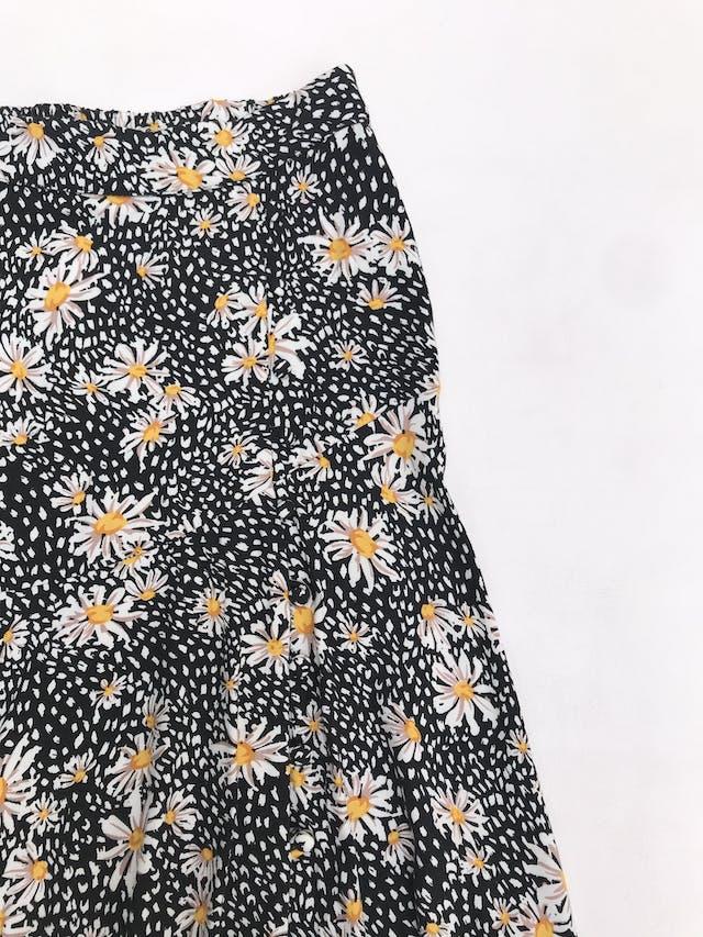Falda Basement larga con basta asimétrica, negra con estampado de margaritas, elástico posterior y fila de botones forrados laterales foto 2