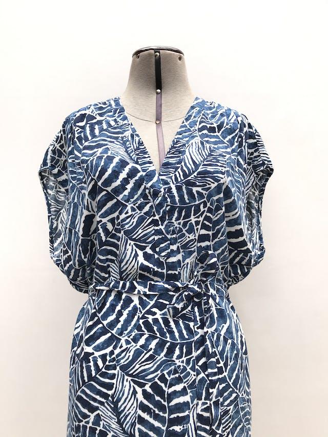 Vestido H&M azul con estampado de hojas blancas, cinto para amarrar. Largo 100cm foto 2