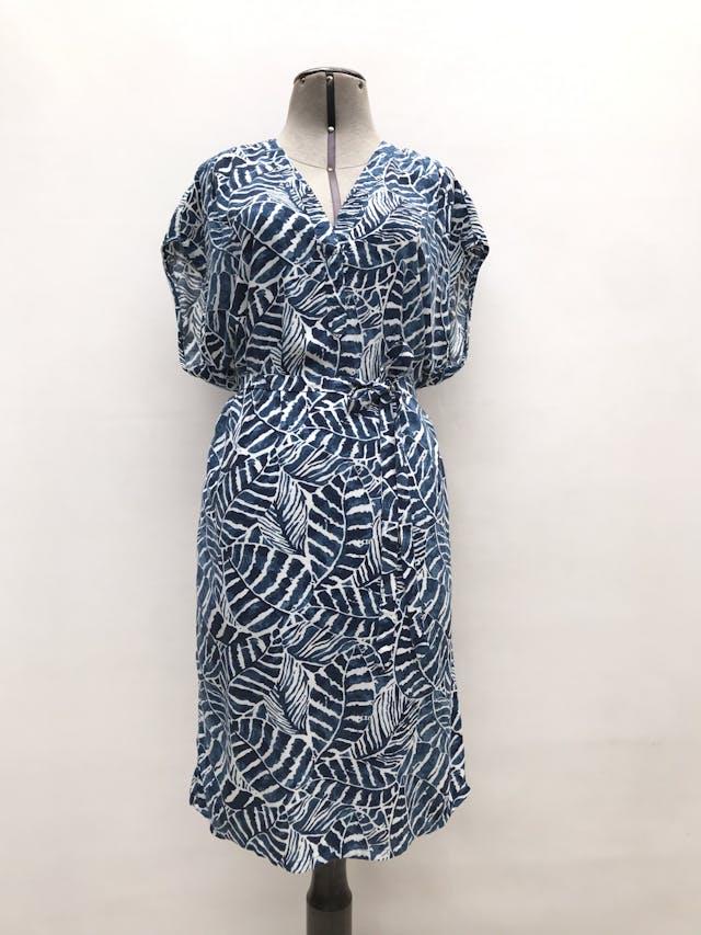 Vestido H&M azul con estampado de hojas blancas, cinto para amarrar. Largo 100cm foto 1