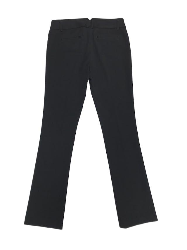 Pantalón de vestir negro Express, pierna recta, bolsillos laterales, ligeramente stretch muy sentador. Precio original S/ 220 foto 3