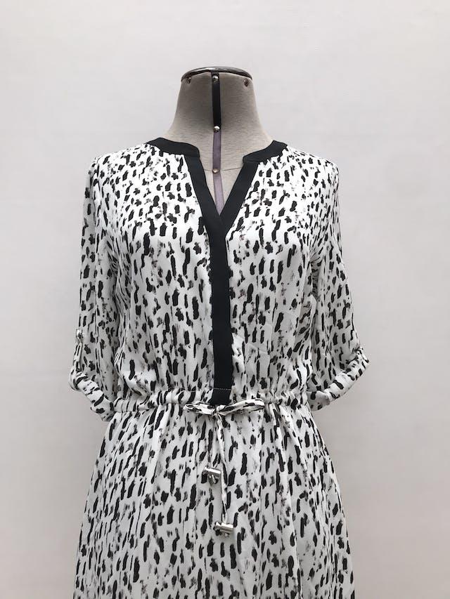 Vestido Marquis blanco con estampado negro, escote en V con botones hasta la cintura, cinto regulable, mangas con botón. Nuevo con etiqueta. Largo 90cm foto 2