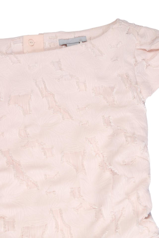 Vestido H&M palo rosa con textura de hojas y detalles rasgados, forrado, cierre posterior y falda con pliegues. Busto 98cm Cintura 76cm Largo 90cm. Nuevo con etiqueta S/ 179 foto 2