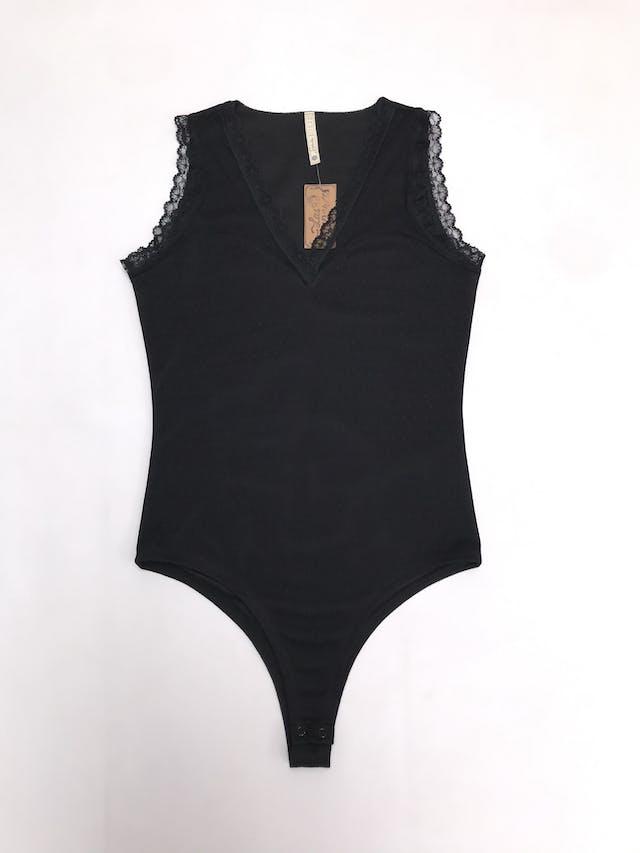 Body negro de tela tipo tul, forrado, con blondas de encaje, lleva broches foto 1