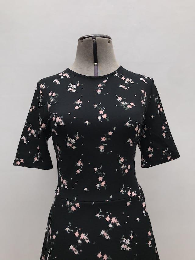 Vestido H&M negro con estampado de flores, corte en cintura y falda en A. Largo 90cm foto 2