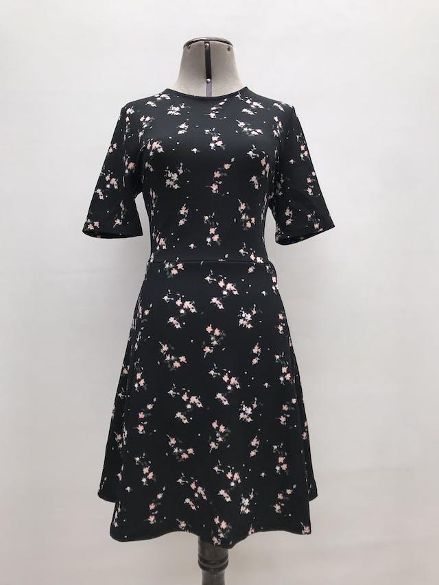 Vestido H&M negro con estampado de flores, corte en cintura y falda en A. Largo 90cm foto 1