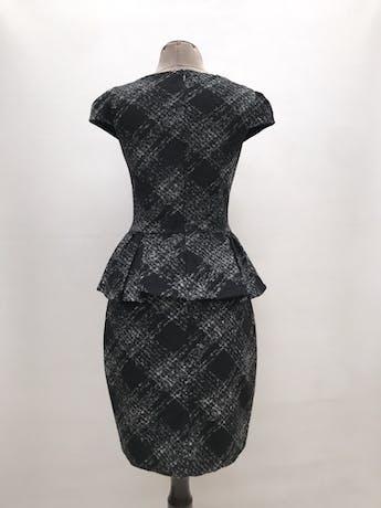 Vestido Mango de lana y acrílico, estampado plomo y negro, forrado, volante en a cintura y cierre posterior. Largo 92cm. Precio original S/ 270 foto 2
