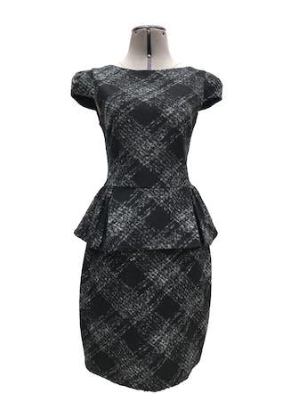 Vestido Mango de lana y acrílico, estampado plomo y negro, forrado, volante en a cintura y cierre posterior. Largo 92cm. Precio original S/ 270 foto 1