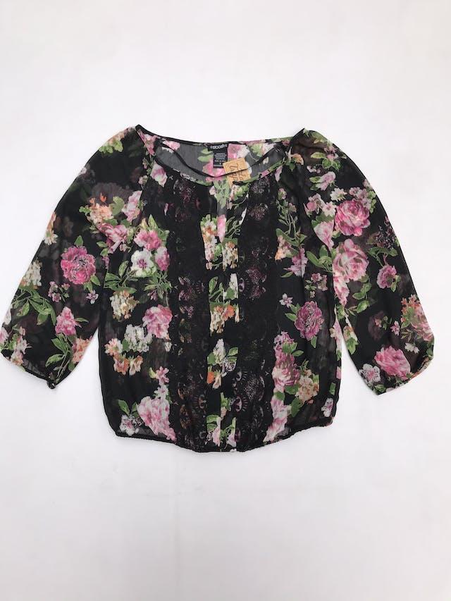 Blusa de gasa negra con estampado de flores, escote en V encaje delantero, elástico en basta y manga 3/4 foto 1