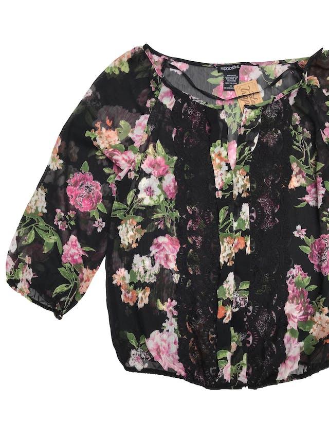 Blusa de gasa negra con estampado de flores, escote en V encaje delantero, elástico en basta y manga 3/4 foto 2