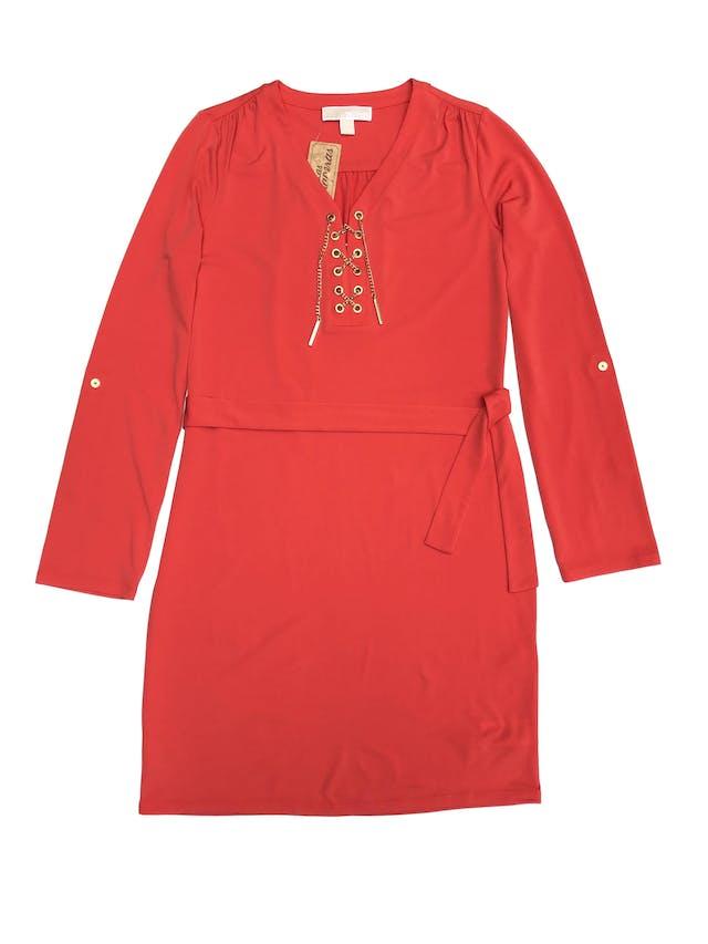 Vestido Michael Kors anaranjado, tela stretch, corte recto, con ojales y cadena metálica en el pecho, mangas regulables con botón. Largo 92cm. Precio original S/ 450 foto 1