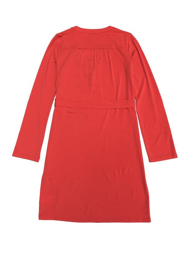 Vestido Michael Kors anaranjado, tela stretch, corte recto, con ojales y cadena metálica en el pecho, mangas regulables con botón. Largo 92cm. Precio original S/ 450 foto 2