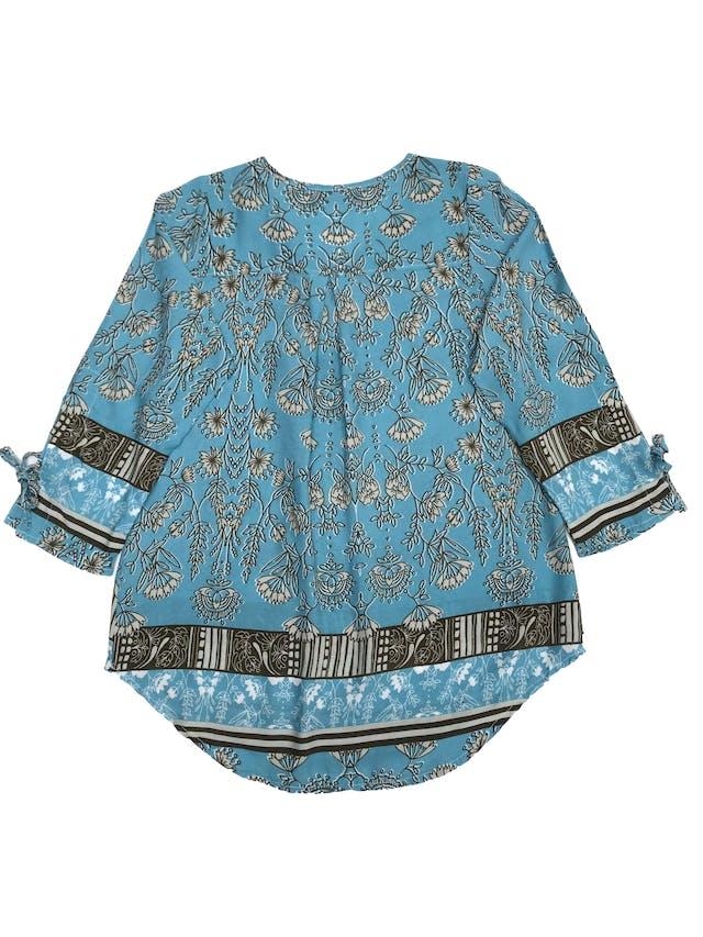 Blusa celeste con estampado de flores verde agua, escote en V, mangas 3/4 con lazo foto 2