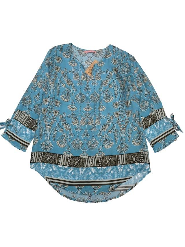 Blusa celeste con estampado de flores verde agua, escote en V, mangas 3/4 con lazo foto 1