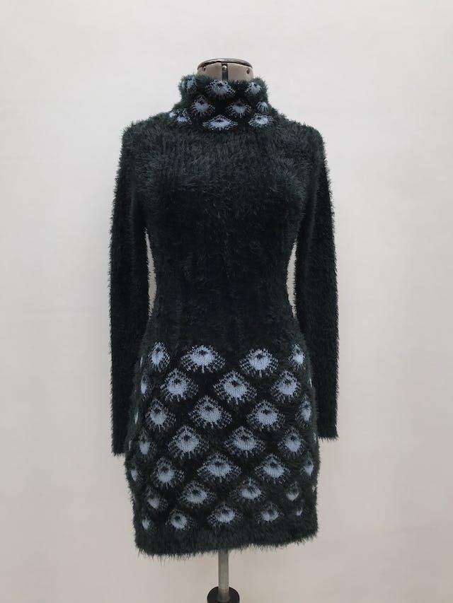 Vestido tejido / chompa larga con textura peluche verde con patrón pavo real en cuello tortuga y basta. Nuevo con etiqueta. foto 1
