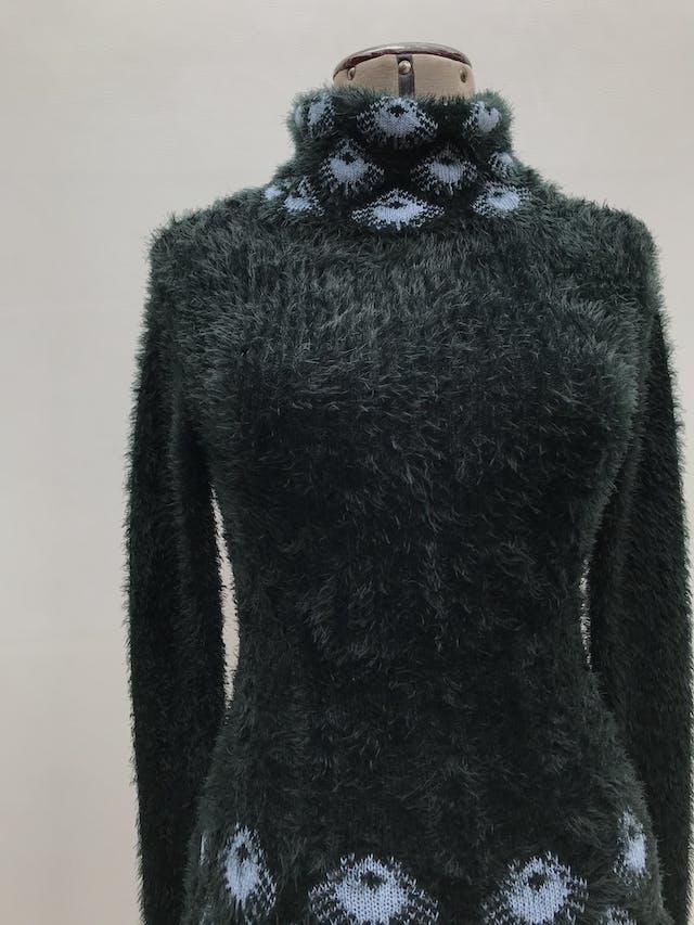 Vestido tejido / chompa larga con textura peluche verde con patrón pavo real en cuello tortuga y basta. Nuevo con etiqueta. foto 2