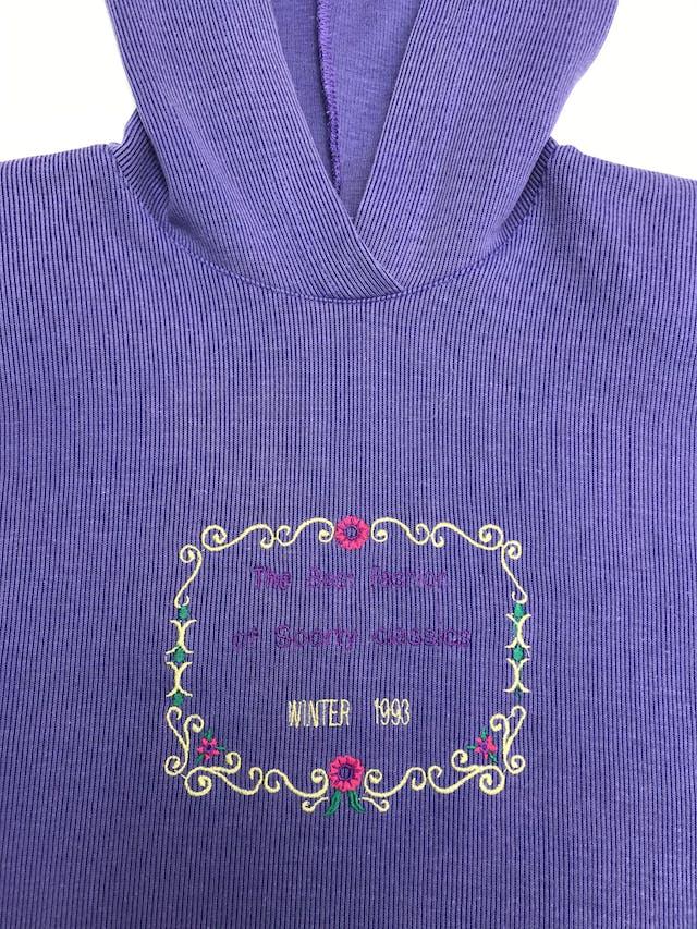 Polera vintage morada, con capucha y bordado en el pecho foto 2