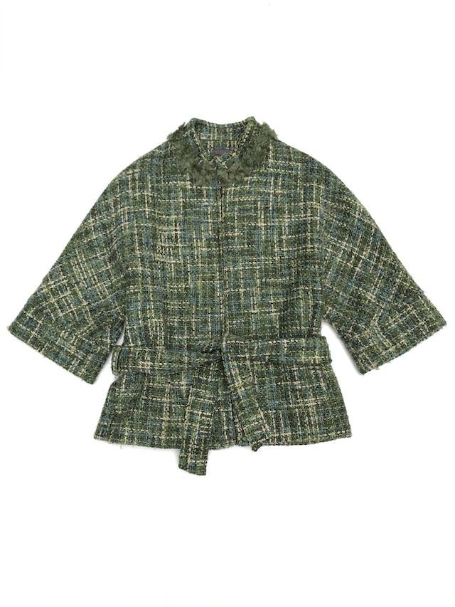Abrigo Marquis de tweed en tonos verdes, forrado, detalles de flores en el cuello, cierre delantero y cinto para amarrar foto 1