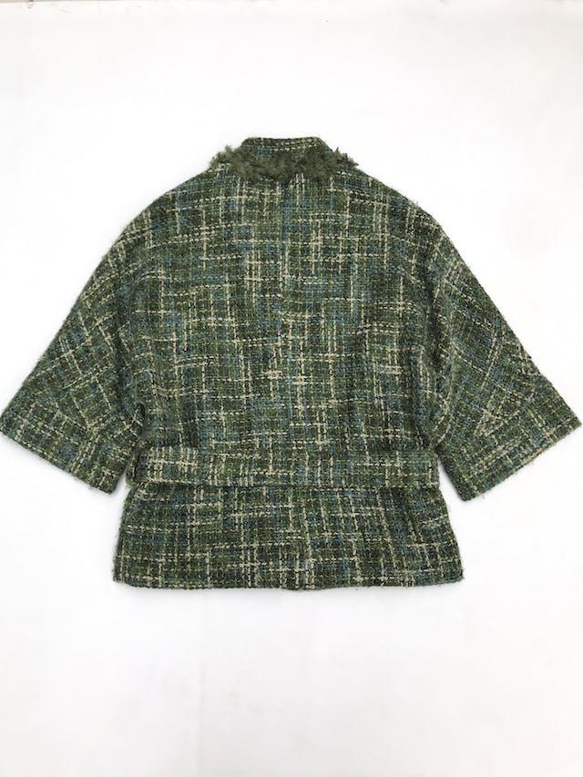 Abrigo Marquis de tweed en tonos verdes, forrado, detalles de flores en el cuello, cierre delantero y cinto para amarrar foto 2