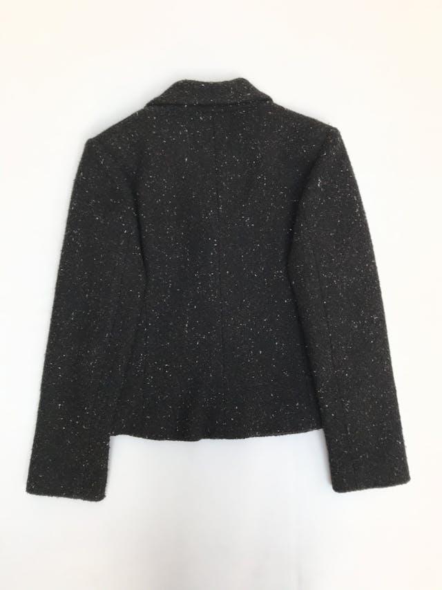 Saco negro jaspeado, textura tipo tejido, forrado, solapas, botones y bolsillos delanteros foto 3