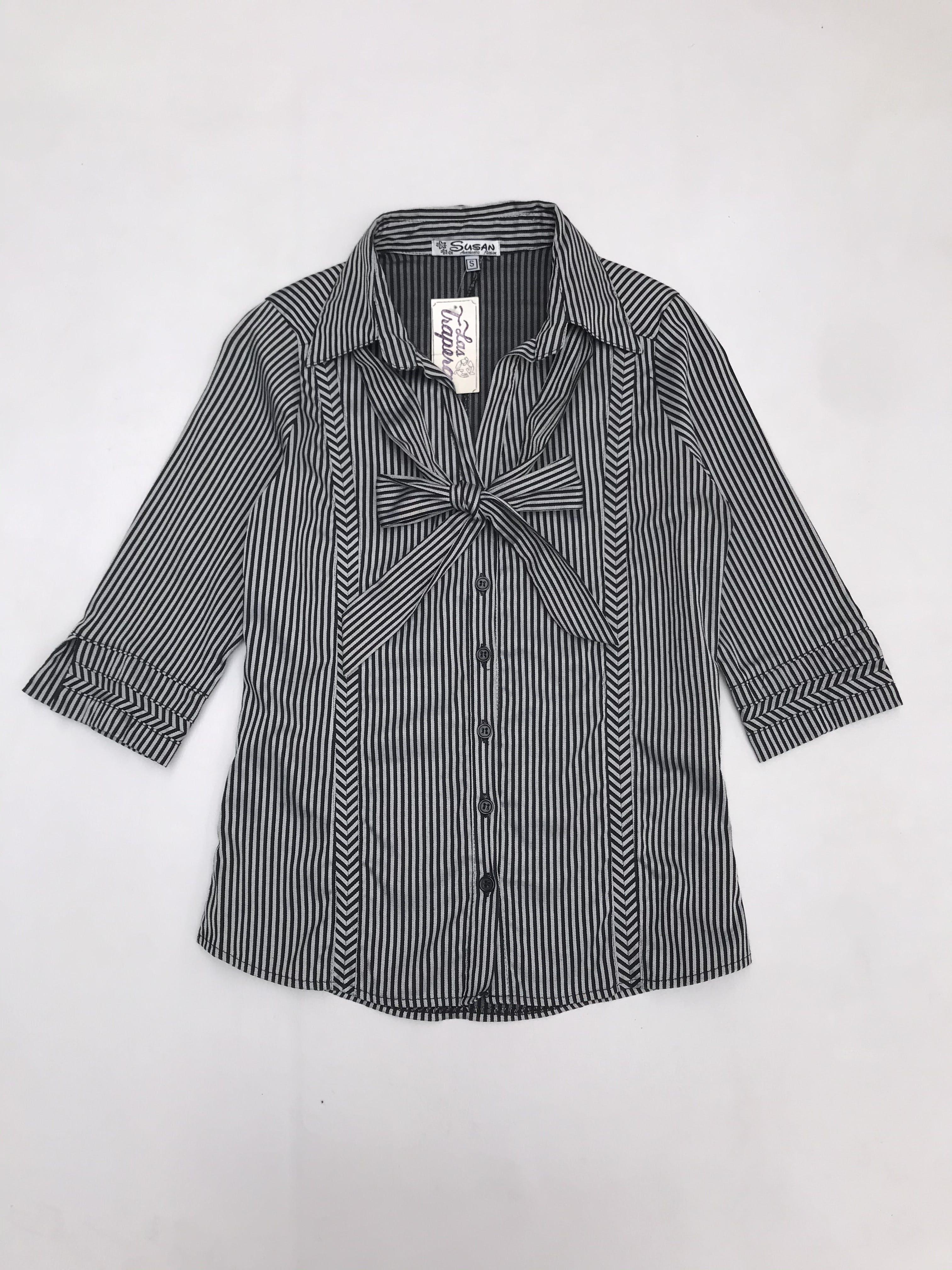 Blusa a rayas plomas y negras, pinzas delante y atrás, manga 3/4, con lazo extra para el cuello (se puede usar sin él)
