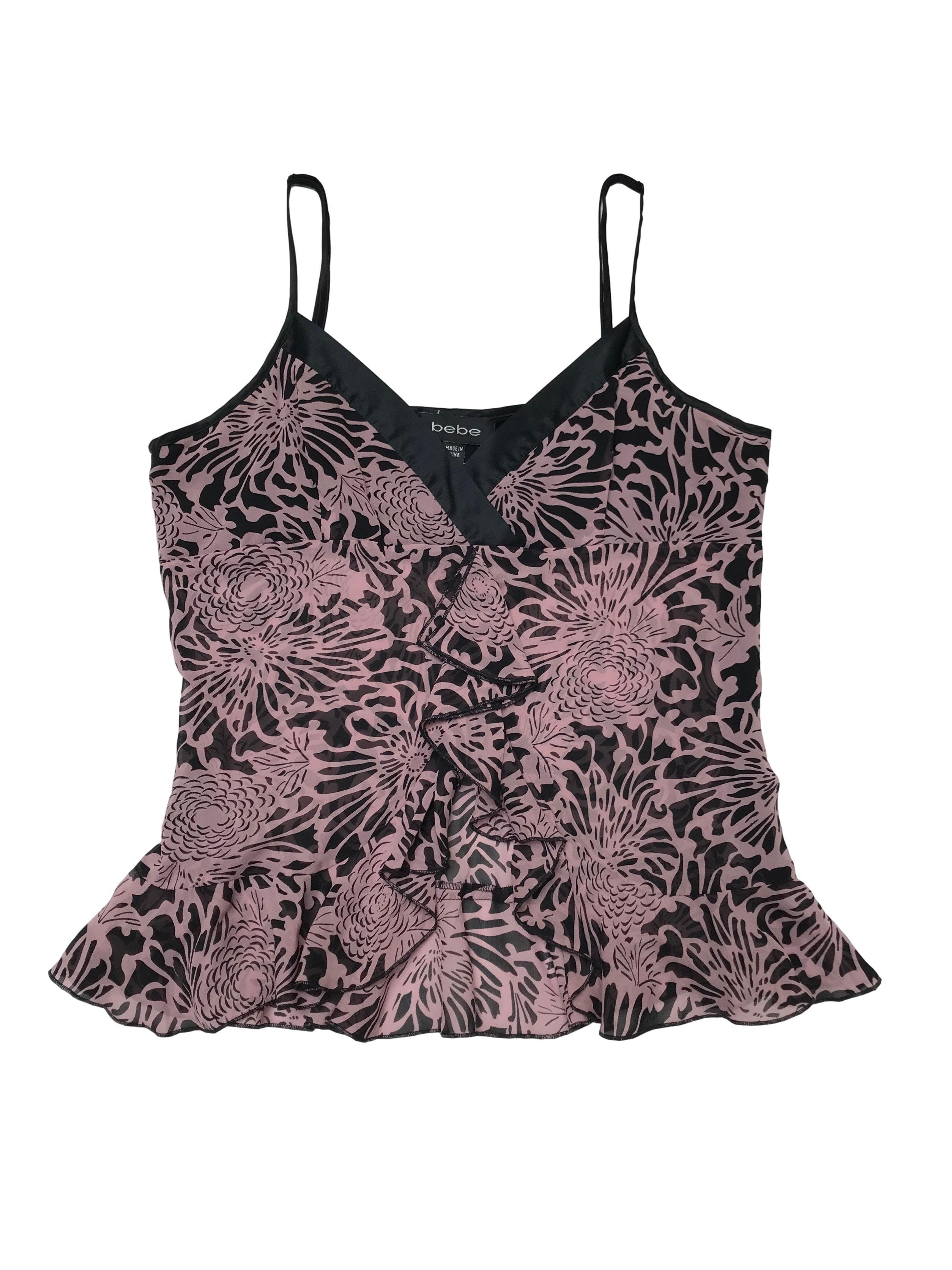Blusa Bebe 95% seda, estampado negro y rosa, con volantes y cierre lateral, forro en el busto. Precio original S/ 200