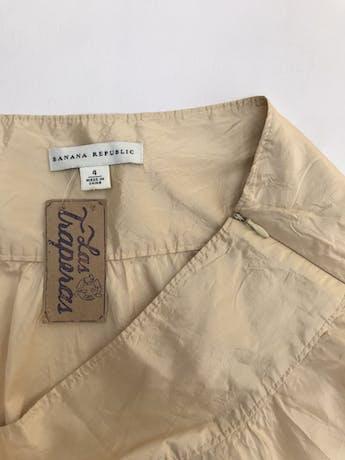 Falda Banana Republic 100% seda dorada, corte campana, con cierre lateral. Largo 58cm. Precio original S/ 280 foto 2