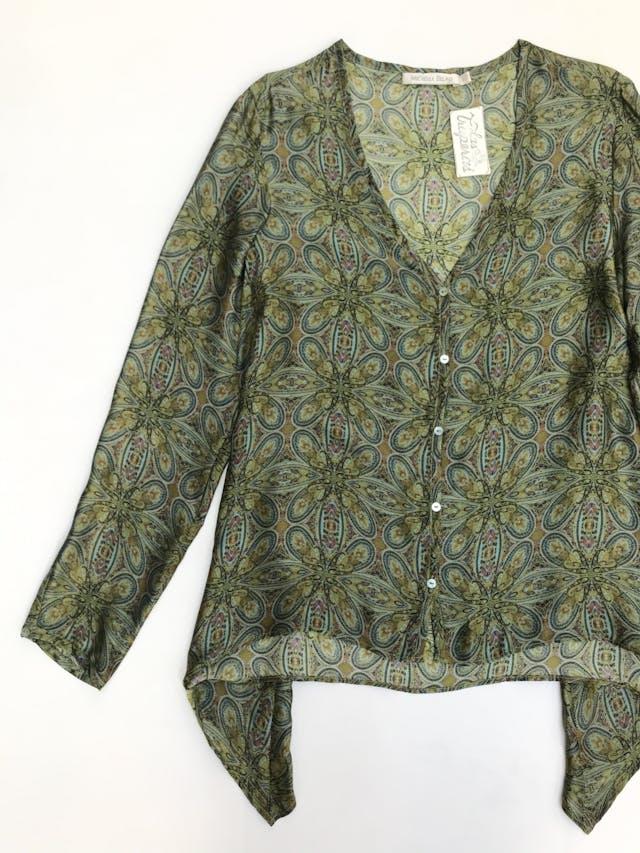 Blusa Michelle Belau 100% seda, cuello en V con botones, suelta con basta asimétrica foto 2