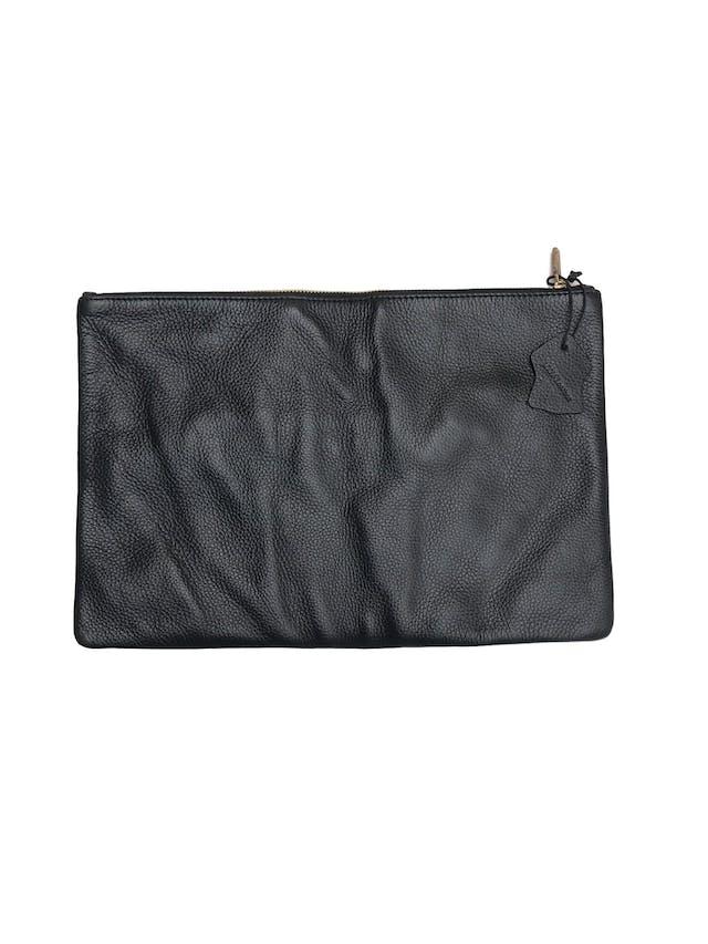 Cartera Jones New York tipo sobre 100% cuero negro, forro interno y cierre. Alto 23 Largo 36cm Precio original S/ 280 foto 1