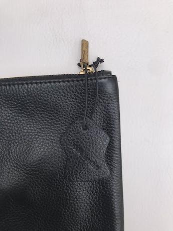 Cartera Jones New York tipo sobre 100% cuero negro, forro interno y cierre. Alto 23 Largo 36cm Precio original S/ 280 foto 2