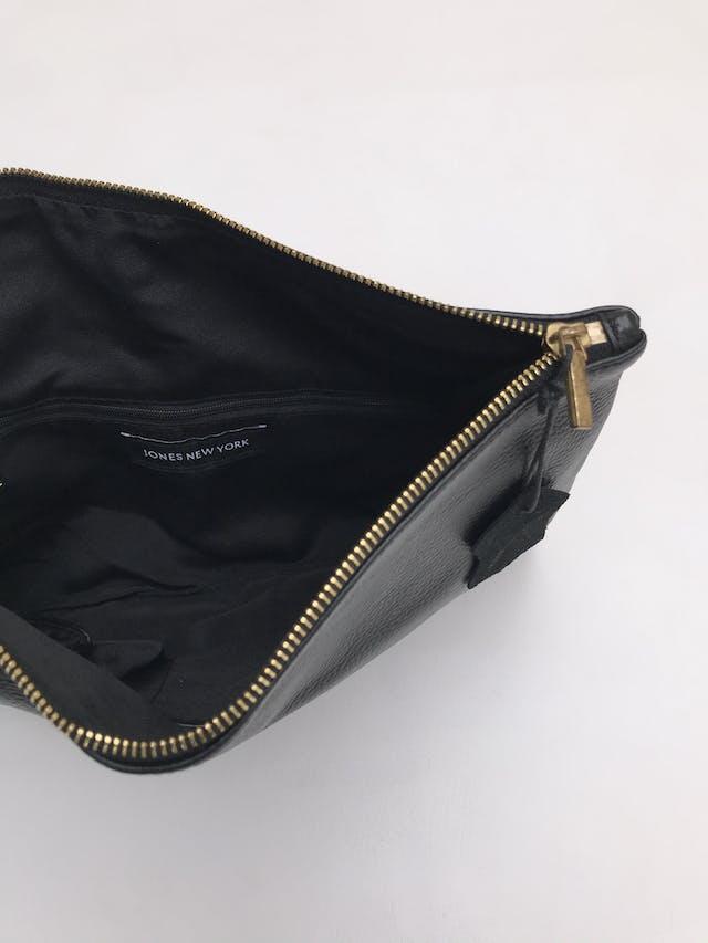 Cartera Jones New York tipo sobre 100% cuero negro, forro interno y cierre. Alto 23 Largo 36cm Precio original S/ 280 foto 3